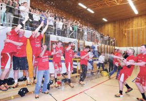 So sehen Sieger aus: Die Herren des HSC Kreuzlingen feiern ihren Aufstieg in die NLB. (Foto: Mario Gaccioli)