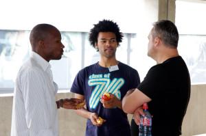Drei Teilnehmer im Gespräch (v.l.) Patrick Kusongwa aus Sambia, Joel Mensah aus Deutschland und Stefi Micliuc aus Rumänien. (Bild: zvg)