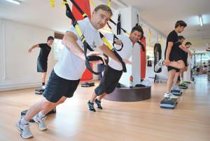 Christian Weber (l.) und Elson Kabashi trainieren am TRX. (Bild: Thomas Martens)
