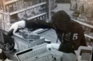 """Bildlegende: Der Täter bedrohte die Angestellte und forderte Bargeld. Auffallend ist die Zahl """"5"""" auf seiner Trainerjacke. (Bild: Kapo TG)"""