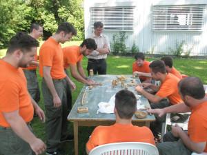 Angehörige der Zivilschutzregion Kreuzlingen beim Arbeiten mit Ton. (Bild: zvg)