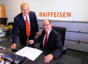 Geschäftsstellenleiter Thomas Gerwig (links) und Josef Maier, Vorsitzender der Bankleitung, besprechen die nächsten Schritte für die Geschäftsstelle der Raiffeisenbank Tägerwilen in Kreuzlingen. (Bild: zvg)