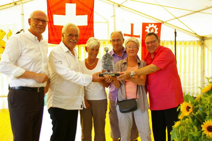 "Freudestrahlende Empfänger des ""Prix Kreuzlingen"": (v.l. Stadtamann Andreas Netzle, Robert Böhni, Beatrice Denz,"