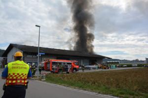 Ein Teil der Lagerhalle wurde beim Brand stark beschädigt. Die Brandursache wird von der Kantonspolizei Thurgau abgeklärt. (Bild: Andy Theler, Kantonspolizei Thurgau)