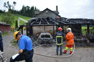 Im Unterstand brannte ein Personenwagen vollständig aus. Die Brandursache wird durch die Kantonspolizei Thurgau abgeklärt. (Bild: Andy Theler, Kantonpolizei Thurgau)