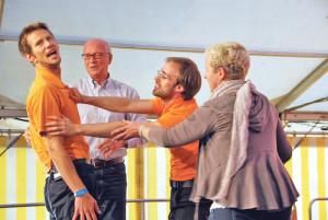 Freiwillige vor: Stadtammann Andreas Netzle (2.v.l) und Barbara Rossbacher, Präsidentin des Vereins Offene Jugendarbeit Kreuzlingen (r.), griffen den Schauspielern des Improtheaters TmbH auf der Bühne unter die Arme. (Bild: kb)