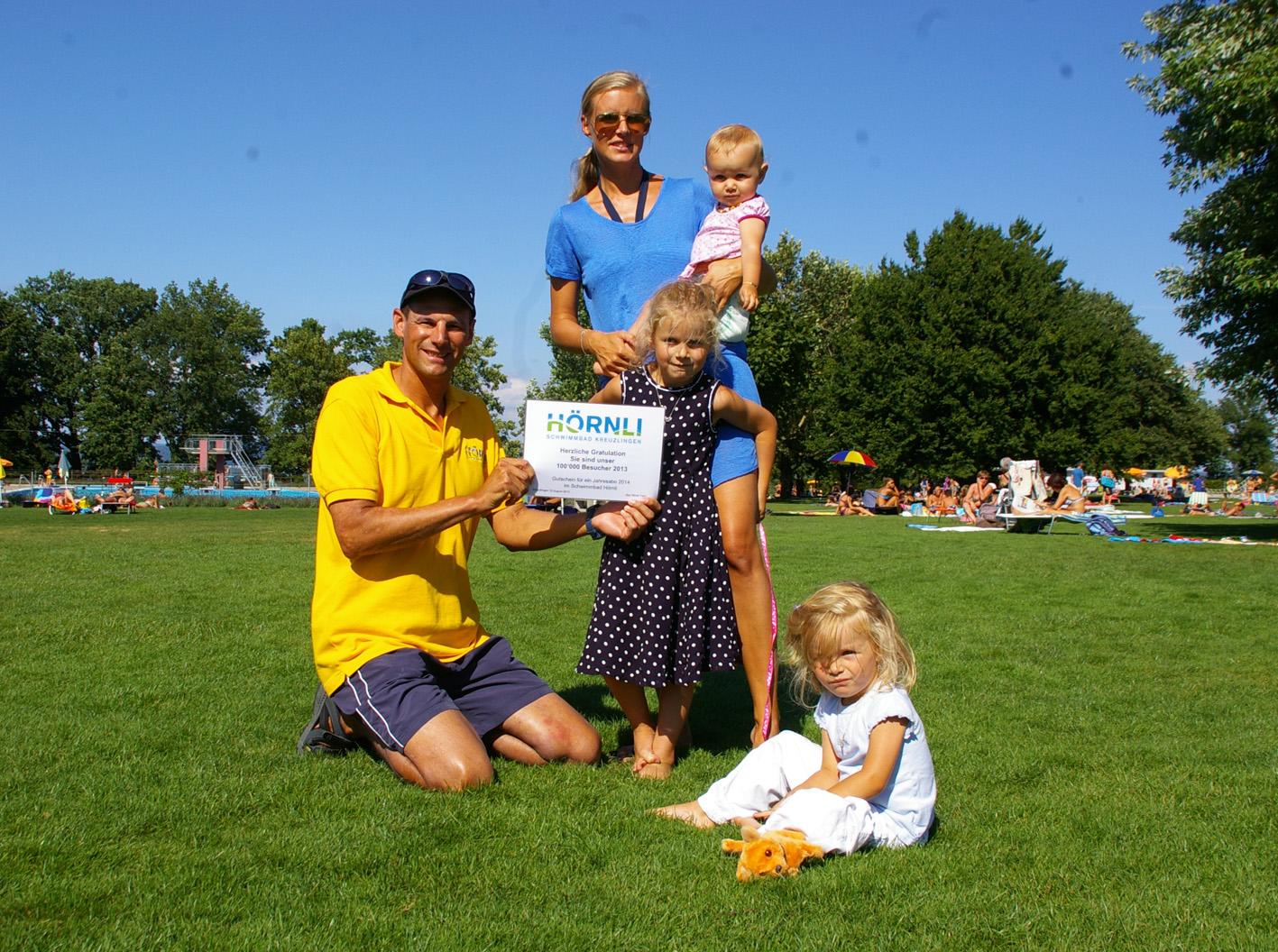 Ihnen gefällt es im Hörnli: Luzia Pedron mit Kindern Anna, Sofia und Lena bekommen den Gutschein von Chef-Bademeister Felix Lenz überreicht. (Bild: sb)