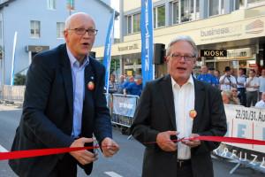 Stadtammann Andreas Netzle und Schulpräsident Jürg Schenkel schnitten gemeinsam das rote Band durch, um die JazzMeile offiziell zu eröffnen. (Bild: kb)