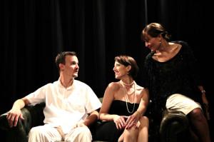 Lukas Huber, Glenna Sinzig und Julia Leible proben für die Jubiläums-Aufführung des Tägerwiler Theaters. (Bild: zvg)