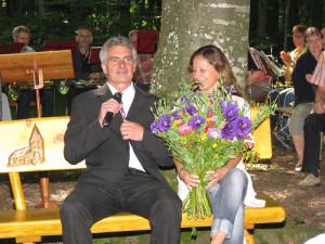 Eine Sitzbank erhalten Pfarrer Hansruedi Lees und Ehefrau Barbara Lees zum Jubiläum geschenkt. (Bild: Manuela Olgiati)