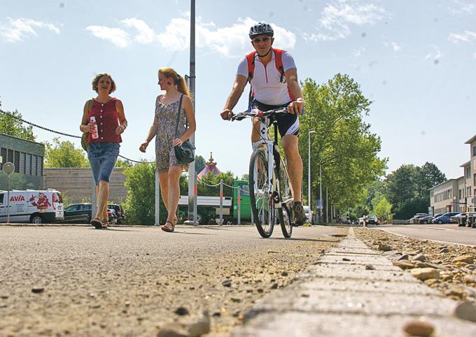 Radweg mit Platz für zwei an der Seestrasse.Bild: Stefan Böker