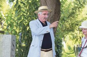 Historiker Arnulf Moser führt der Grenze entlang. (Bild: zvg)