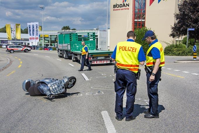 Die Rollerfahrerin wurde mittelschwer verletzt durch die Rega ins Spital geflogen ( Bild: Kantonspolizei Thurgau / Christa Altwegg)