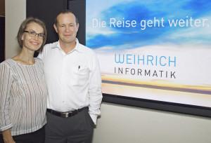 Thomas Weihrich, Inhaber und Geschäftsführer der Weihrich Informatik GmbH, präsentiert zusammen mit Martina Weihrich den neuen Auftritt ihrer Kreuzlinger IT-Unternehmung. (Bild: zvg)