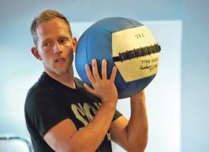 CrossFit-Trainer Oliver Thomaschewski erklärt in einem Kurs die Technik der «Wall-Balls». (Bild: kb)