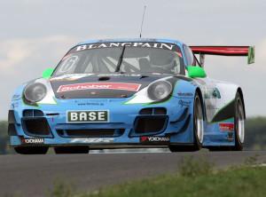 Philipp Frommenwiler in seinem Porsche. (Bild: Johann Van de Kerkhof)