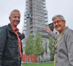 Architekt Rolf Rindlisbacher und die Präsidentin der Evangelischen Kirchenvorsteherschaft, Susanne Dschulnigg, vor dem Kirchturm. (Bild: tm)