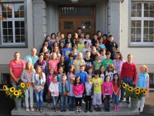 Schüler und Lehrer erwarten möglichst viele Besucher zum Jubiläumsfest. (Bild: zvg)