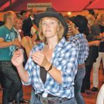 Die Line Dance-Choreographie ging zu Countrymusik durch die Menge. (Bild: sb)