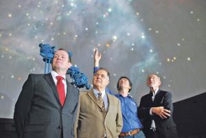 Thomas Weihrich von Weihrich Informatik, Stiftungsratspräsident Rainer Sigrist, Technikchef Robert Testa und Gerhart Lehmann von der Betriebskommission (v.l.) blicken in die Kuppel des Kreuzlinger Planetariums. (Bild: Thomas Martens)