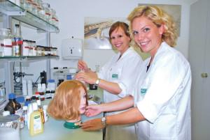 Manuela Mohn (links) und Katharina Heinrich forschen bei der Kreuzlinger Firma Rausch runds ums Haar. (Bild: Thomas Martens)