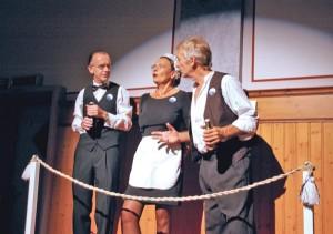 Auf der «Balkon-Bühne»: Crewmitglieder beobachten und kommentieren das Geschehen (v. l. Thomas Lehmann, Annette Günzler, Gerhard Beck).(Bild: sb)