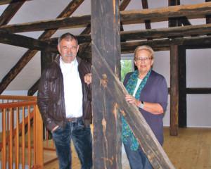 Monika Schär und Christian Winterhalter auf dem Estrich. (Bild: zvg)