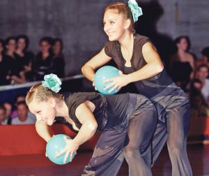 Julia Jermann und Sara Uhlig zeigen eine Kür mit Ball. (Bild: Mario Gaccioli)