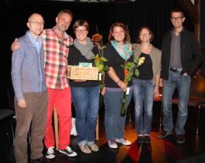 Der Vorstand des Theaters an der Grenze verabschiedet Flavia Mösli und Bettina Mösli. (Bild: zvg)