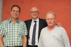 Stadtammann Andreas Netzle mit den beiden Jubilaren Martin Krauss (links) und Marcel Klopfenstein. (Bild: zvg)