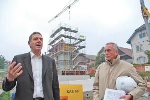 Martin Huber, Direktor des BBZ Arenenberg (links), sowie Kantonsbaumeister Markus Friedli informierten über den Bau des Kompetenzzentrums Beratung auf dem Arenenberg. (Bild: Thomas Martens)