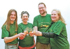 Mit einem «Blind-Tasting» der besonderen Art entführt Ulrich Büttner (2.v.r.) Interessierte wieder in die Welt des Whisky. (Bild: zvg)