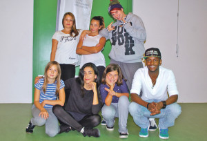 Die Hip-Hop-Youngsters mit Tanzpädagogin Olivia Maciejowski (oben r.) und Tanzlehrer Dennis (unten r.) trainieren im Jugendhaus. (Bild: sb)