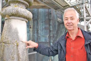 Architekt Rolf Rindlisbacher zeigt auf deutliche Schäden am Kirchturmdach. (Bild: Thomas Martens)