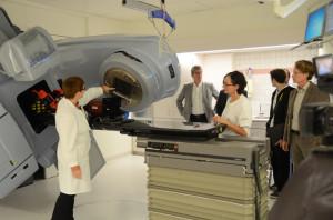 Christiane Reuter erklärt die Vorteile des modernen Linearbeschleunigers bei der Strahlentherapie im Kantonsspital Münsterlingen. (Bild: zvg)