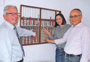 Schulpräsident Jürg Schenkel, die neue Leiterin Finanzen, Susanne Burgmer, und Vorgänger Paul Sonderegger (v. li.) haben gut gerechnet. (Bild: Thomas Martens)