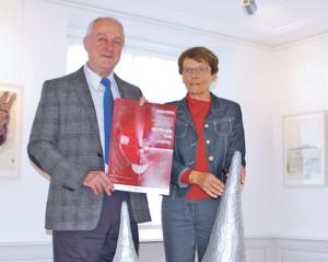 Museumsleiterin Heidi Hofstetter und Gerhard Hofmann, Präsident IBC Südlicher Bodensee, im Raum mit Werken des Künstlers Tone Fink. (Bild: sb)