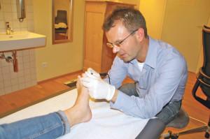 Der Kreuzlinger Arzt Dr. Peter Schär entfernt eine Dornwarze mit dem Elektrokauter. (Bild: sb)