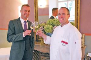 Restaurantleiter Thomas Haist (l.) und Küchenchef Jochen Fecht stossen an auf den Stern-Erfolg. (Bild: kb)