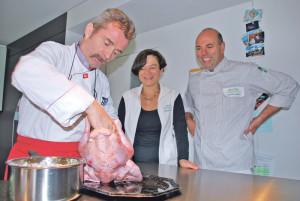 Jacqueline und Klemenz Somm schauen zu, wie Gourmetkoch Peter Günter vom «Seegarten» einen Truthahn zubereitet. (Bild: Thomas Martens)