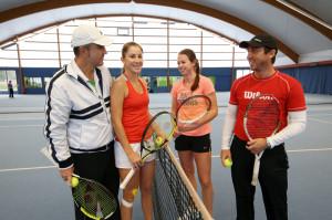 Belinda Bencic (links) und Chiara Grimm mit ihren Trainern Ivan Bencic (links) und Ralph Zepfel beim Training in Kreuzlingen. (Bild: Mario Gaccioli)