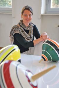 Künstlerin Joëlle Allet und ihre fragilen Kreisel. (Bild: kb)