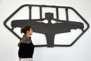 In einer anderen Dimension: Joëlle Allet vor einem Bausatz eines Modellflugzeuges. (Bild: kb)