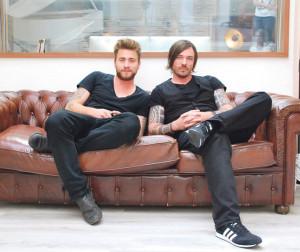 Philippe Merk (r.) und Sebastian Bürgin, alias Baschi, auf dem schicken Chesterfield Sofa im Aufnahmeraum. (Bild: Kathrin Brunner)