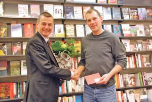Urban Ruckstuhl (l.) überreicht Guido Kressibucher den Gewinn. (Bild: kb)