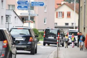 Der Weg vom Schulhaus Rosenegg zum Hort am Bachweg führt entlang der viel befahrenen Bären- und Bachstrasse. (Bild: kb)