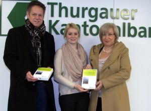 Andrea Unternährer (Mitte), Beraterin in der Geschäftsstelle Altnau, überreicht die Preise an Raymond Schälchli und Paolina Fuchs. (Bild: zvg)