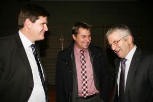 Entspannte Gesprächsrunde im Anschluss an die Präsidentenkonferenz: TGV Präsident Hansjörg Brunner (li.) mit den beiden St. Galler Nationalräten Toni Brunner und Walter Müller (re.). (Bild: zvg)