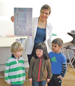 Esther Bodenmann erhält von Schülern der ISKK ein Plakat mit Überweisungsschein und Unterschriften. (Bild: kb)