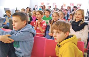 Gebannt folgen die Kids der Präsentation über World Vision. (Bild: kb)